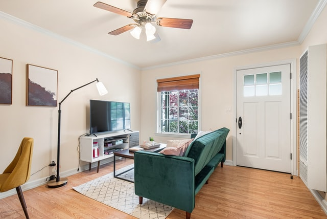 Which way should the ceiling fan turn?